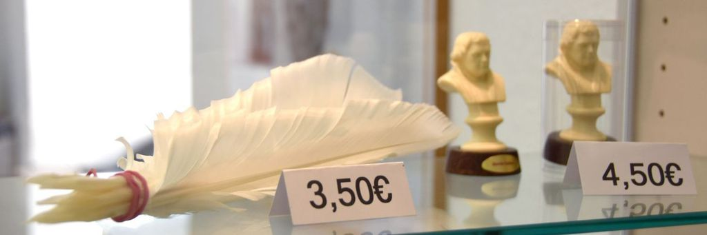 Miniature bust of Luther and quills that are on sale (photo: IR/City of Worms)